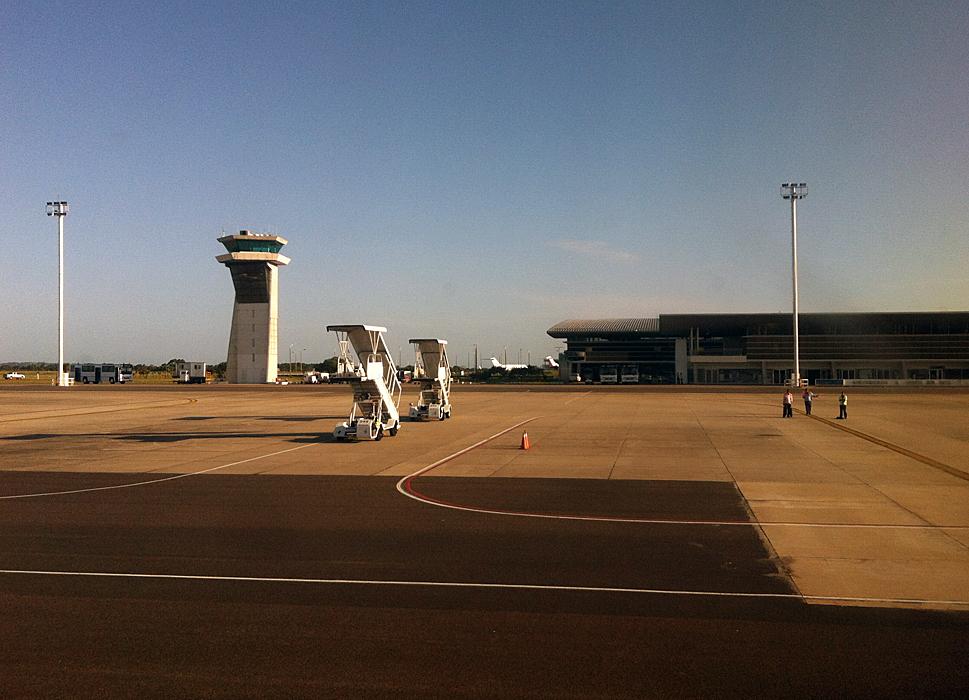 Pista y torre de control del aeropuerto
